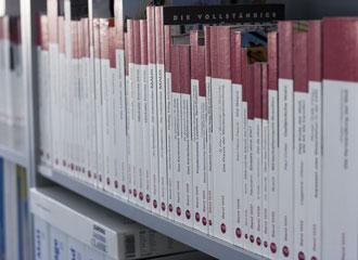 Bild von Schriftenreihe-Bänden im Regal stehend fotografiert